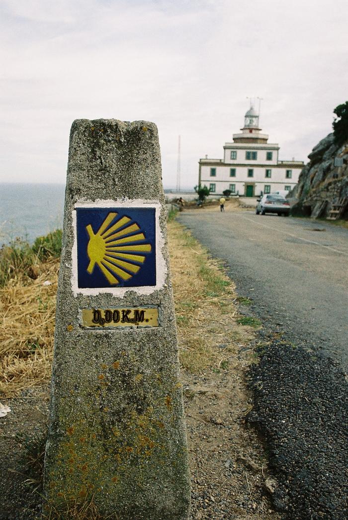Wegzeichen des Jakobsweges mit der Angabe null Kilometer bis zum Ziel in Finisterra
