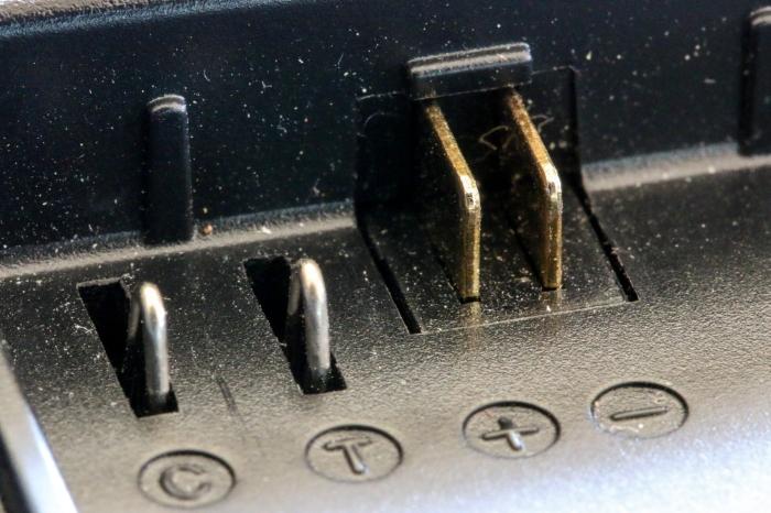 Pole eines Ladegerätes für Kamera-Akkus